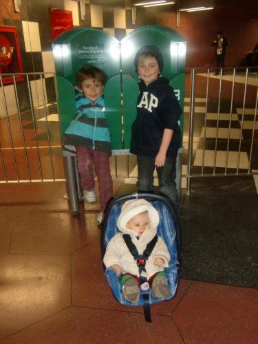Tålmodiga barn i väntan på Luciatåg och pepparkakor.