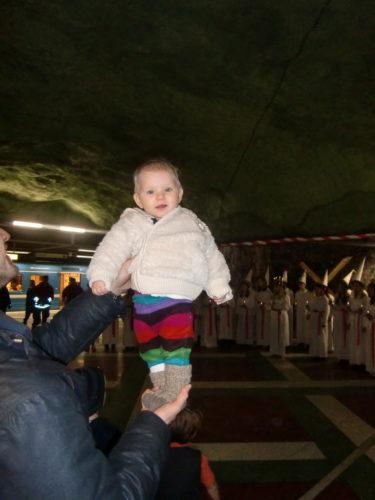Älskade Baby-Liv hade lite feber igår efter en vaccinering, men idag var hon pigg och glad.
