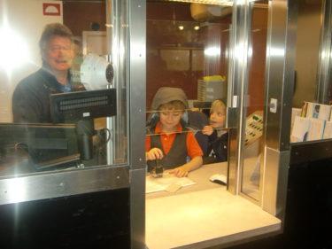 Jag hittade pojkarna stämpla biljetter i spärren när jag var klar som Lucia.