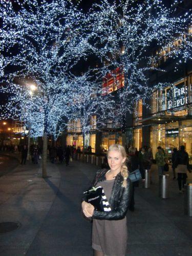 Här höll jag hårt i min Sephora-påse (köpte i.D för mer än halva priset) och beundrade julträden :-)