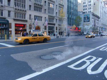 En typisk New York-syn. Gula taxibilar och rykande gatubrunnar.