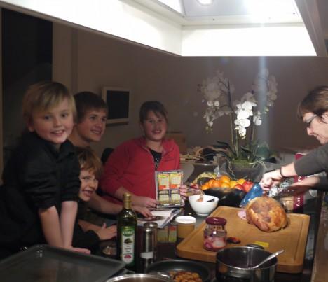 Det är så mysigt med gemenskapen och julstöket när vi är så många här hemma.