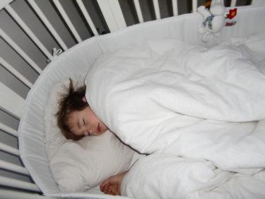 ... i Livs spjälsäng. Jag kan tillägga att jag fick väcka honom klockan elva, så tydligen sov han väldigt gott i den.