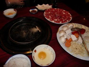 """Vi åt Sukiyaki, då man tillagar sin mat själv vid sitt bord. """"kokar"""" kött, grönsaker och nudlar i en gryta och äter med ris."""