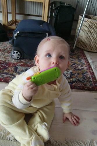 """Liv fick en telefon och små söta hårspännen. Nu ser hon riktigt flickig ut, så ingen kan säga """"Åh, vilken söt pojke"""" igen."""