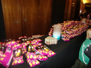 Alla barn fick ta massor av chips och godis.