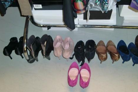 """Kolla in alla """"mina"""" snygga skor. Önskar att jag var med Lill-Babs och kunde gå runt i så här snygga skor utan att halvt plågas till döds."""