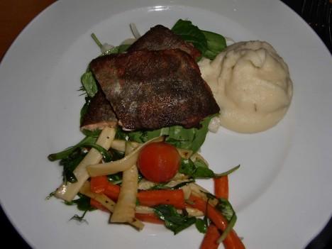 Fisk, potaispuré och grillade grönsaker åt jag.