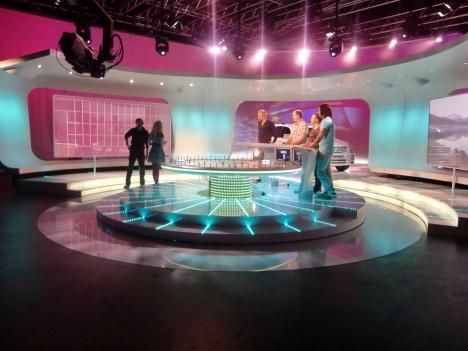 Så här ser studion ut. Hjulet, bokstavsväggen och det avsnittets tävlande.
