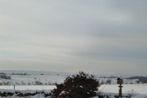 Utsikten från vardagsrumsfönstret. Sist jag visade dig den var det sommar, sol och alldeles grönt.