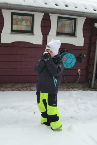 William gör sig redo för snöbollskrig.