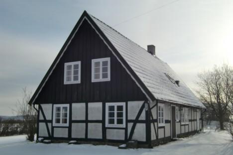 Älskar denna sortens hus. Så vackra. För att inte tala om på sommaren när knallröda rosor växer längs med  den vita fasaden.