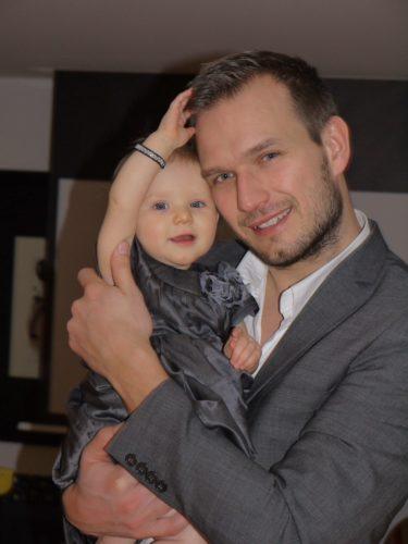 Det går inte att ta fel på vem som är pappa till Liv i alla fall :-) De matchade t.o.m. varandra i sina gråa festkläder.