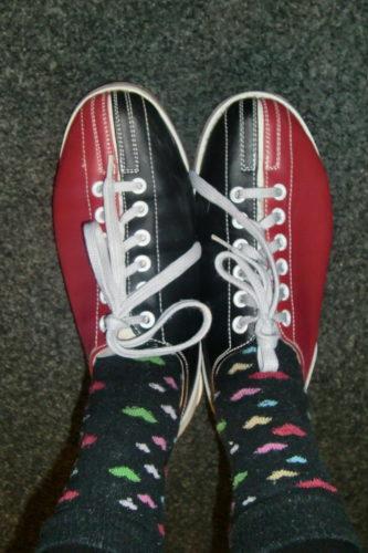 """jag tog på mig """"finstrumporna"""" dagen till ära. Kan bowlingskor vara världens fulaste skor?!"""