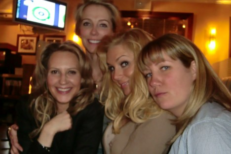 Mina flätor for all världens väg. Här med Johanna, Lizette och Malin. Vi är ett stort gäng tjejer och alla är underbara.