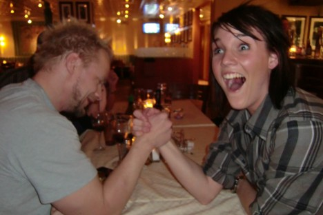 Hans får såklart ockå vara med på ett hörn. Här blir han utklassad av Johannas flickvän i armbrytning. Ha ha ha!