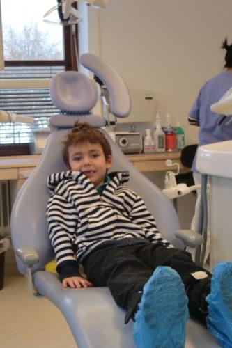 Mio tyckte likt William att det var avslappnande och skönt att ligga i tandläkarstolen. Ännu en galning!