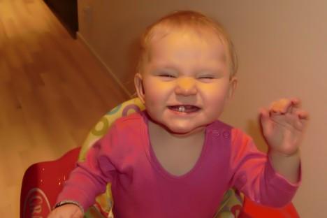 Liv visar glatt sina fyra söta tänder.
