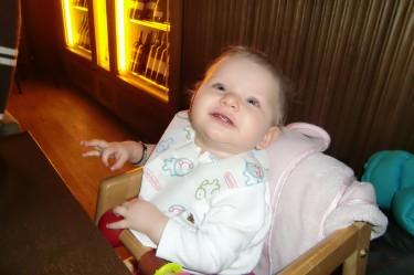 Liv fick smaka min cous-cous och satt länge och pillade med de små kornen. Hon gillade det.