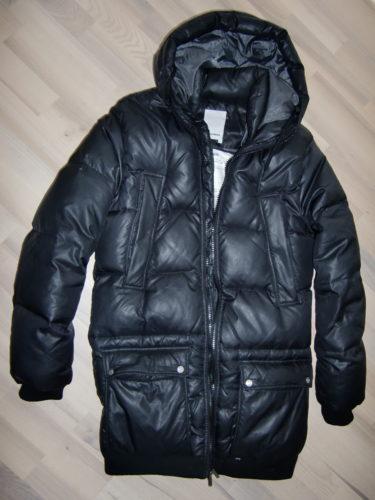 Ha fått många frågor om min jacka. Det är förra årets herrmodell-modell från J.Lindeberg. Köpte den för att magen skulle få plats förra vintern, men den funkar lika bra utan mage. Skönt att den är stor och täcker rumpan.
