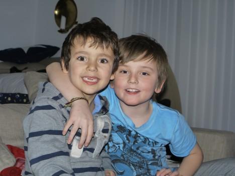 Pojkarna hälsar med en stor kram och önskar dig en trevlig kväll.