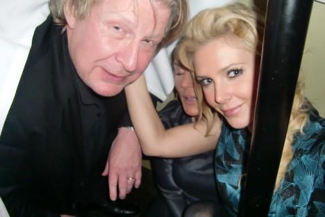 En som hittade oss och var välkommen in under bordet var Rolf Lassgård. Lite märkligt, men ack så roligt! Överhörde att Maggan valt att lämna sin Göran för Lasse efter denna kvällen :-)