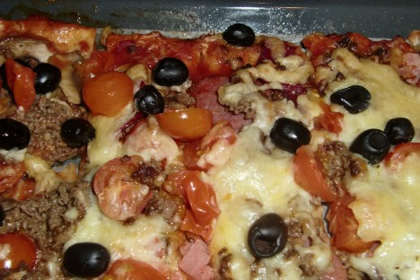 Vår hemmagjorda pizza med allt på. Fetaost, salami, skinka, champinjoner och tomat mm.