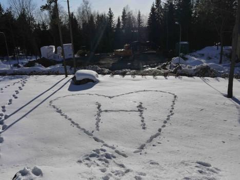 Väl hemma fortsatte dagen ute i solen och jag fick en värmande kärleksförklaring av Peter stampad i snön. Romantisk han är min man.