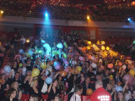 All fick ballonger och ljusstavar för att få den bästa stämningen under finalen.