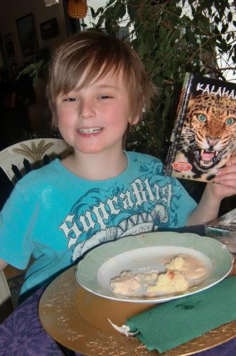 Mimmi prenumererar på fakta-djurfimer till barnen. William visar stolt upp en dvd.