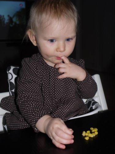Hon var skeptisk till en början men kom efter en stund på att hon verkligen gillade det. Hennes nya är majs och kalla makaroner.