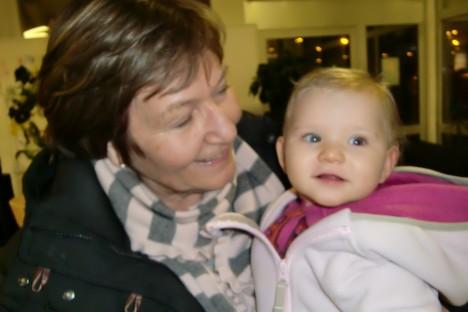 Marianne vinkade av oss vid flyget. Hon hade svårt att slita sig från sitt lilla barnbarn.