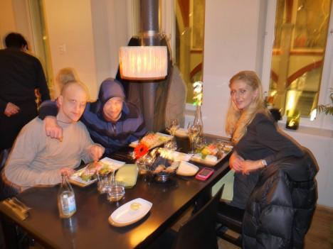"""När vi var klara gick jag, Fredrik och hans och åt middag. Skyndade mig till hotellet för att få se """"Hollywood fruar"""". Satt med skämskudden tryckt över ansiktet flera gånger."""