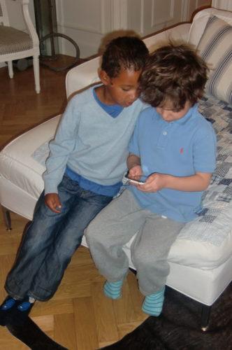 Lotta Grays söta son Lennox och Mio fann varandra med hjälp av dagens teknik i form av ett spel på min iPhone.