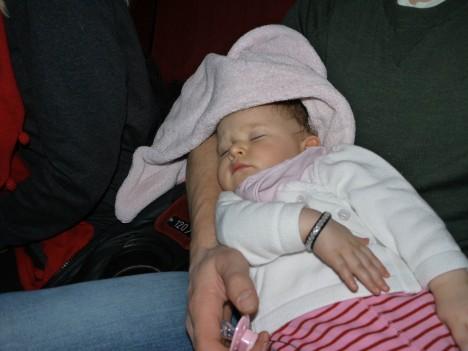 Vi fick betala fullpris för en tiomånaders bebis som sov hela filmen. Det tycker jag är helknäppt, blev riktigt irriterad. Hade hona varit vaken så hade hon inte varit intresserad av filmen och jag eller Peter hade gått ut med henne därifrån så klart!