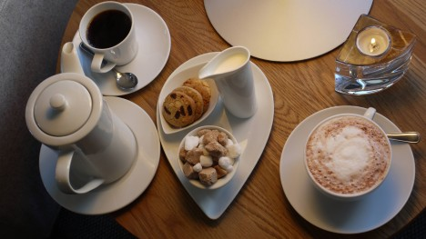 Efter maten så satte vi oss i salongen och drack kaffe och varm choklad.