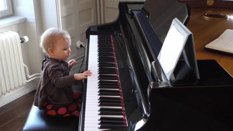 Det gäller att börja i tid. Liv har riktiga pianofingrar och tår för den delen. Pianotår :-) Tänk att kunna spela med tårna. Hon har fått mina E.T-lemmar.