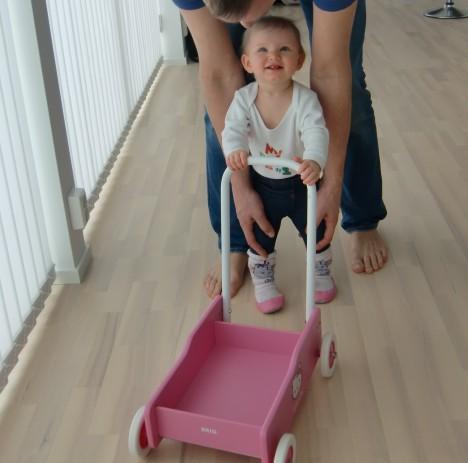 """Köpte en """"lära gåvagn"""" till henne igår, så nu vägrara hon sitta still trots krupp och feber. Peter hjälpte henne på traven..."""