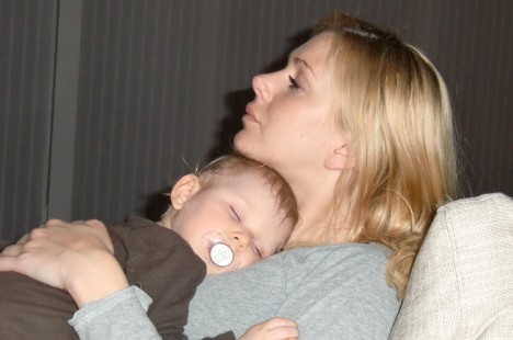 Älskar när hon somnar så här. Det gjorde hon alltid som spädbarn och nu börjar hon gilla det igen. Bebisar luktar ju så ljuvlig på sina små huvuden.