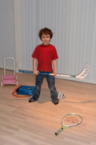 Mio körde bandy och tennis i vardagsrummet eftersom han inte följde med på AIK-matchen.