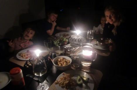 Vi släckte verkligen ner hela huset, även utebelysningen. Det var bäcksvart och vi berättade spökhistorier till middagen. Blev lite läskigt.