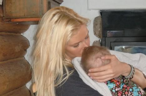 ...sedan somnade hon gott. Hon är helt slut efter all uppmärksamhet och kärlek som hon får av alla småkusiner.