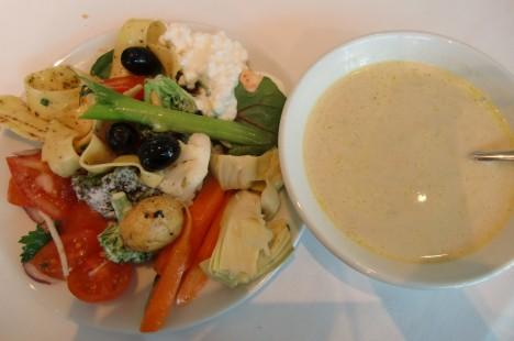 Vi stannade på hotell Skansen och åt en god lunch på hotellets restaurang Sand. Salladsbuffé och soppa.