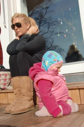 Efter lunch och promenad så satte vi oss i solen på Marianne och Urbans altan.