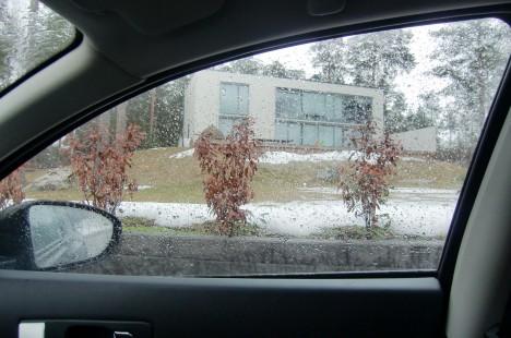 Satt kvar en stund i bilen innan jag gick in. Fy, vilket tråkigt väder. Kolla in våra buskar. Vi planterade dem förra året och det ska vara vintergröna buskar som slka växa och bli höga och täta. Men nu är de bara sorgset bruna och ommer nog inte vöäxa en centimeter till de är nämligen stendöda och inge garanti från växtstället gäller pga av den extrema vintern. Graafryd tur kan vi kalla det!