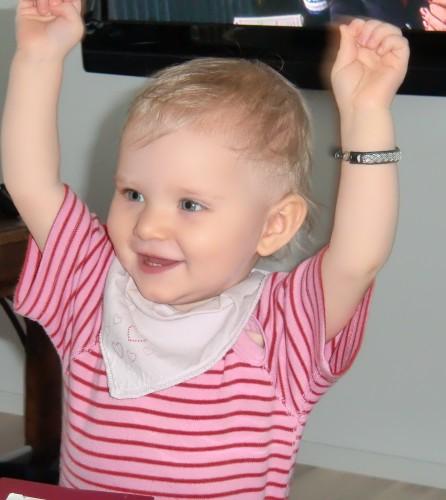 Hon älskar att dansa och klappa.