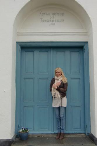 Kyrkan var yvärr stängd. På den här trappen vid denna blåa dörr så fick vi vita små hjärtan kastade på oss när vi kom ut som äkta makar.