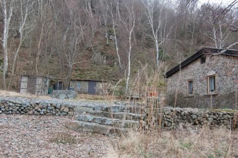 Såg ett hus som var byggt av sten, trädgården bestod enbart av sten. Ja, allt var helt enkelt av sten.
