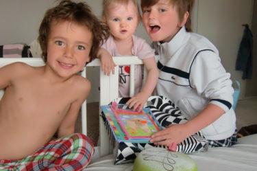 Liv fick äntligen sitt firande. Pojkarna åt tårta och Liv drack välling och öppnade paket.