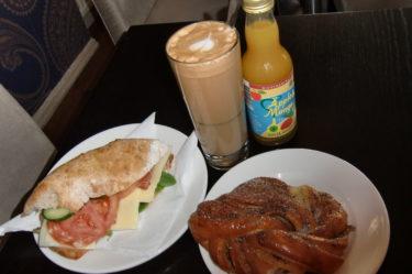 När bilen var lämnad på service så åt jag en god och onyttig frukost på underbara lilla RC Chocolat i Sigtuna.